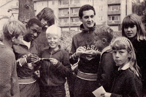 Edu and Orlando sign autographs in Sweden, 1966