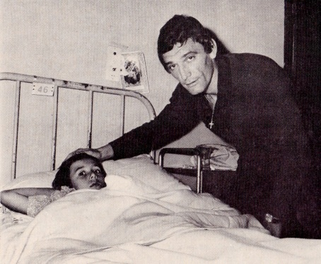 Luigi Riva with the young fan whose arm he broke with a shot, 1970