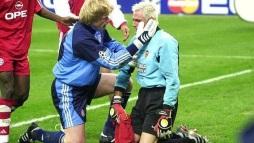 Oliver Kahn consoles Santiago Canizares, Bayern Munich v Valencia CL Final 2001%0AOliver Kahn consoles Santiago Canizares, Bayern Munich v Valencia CL Final 2001