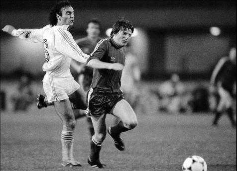 1983 ECWC Final, Ricardo Gallego of Real Madrid v Gordon Strachan of Aberdeen