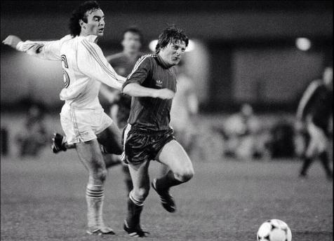 1983 ECWC Final, Ricardo Gallego of Real Madrid v Gordon Strachan of Aberdeen