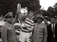 Billy McNeill poses with Portuguese police officers