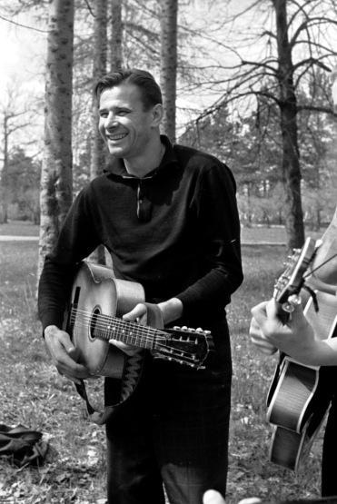 Lev Yashin plays the guitar
