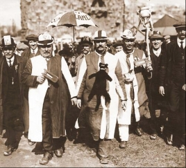 1913 - Sunderland fans on their way to the Final v Aston Villa at Crystal Palace