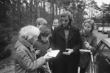Neeskens signs autographs