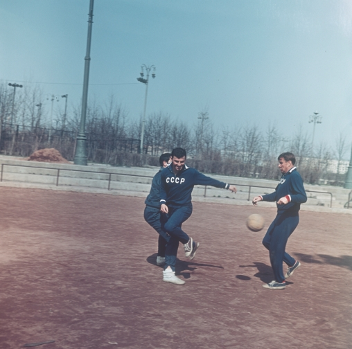 Slava Metreveli and Lev Yashin during training in preparation for the 1966 World Cup